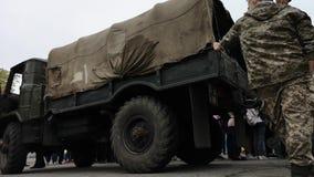 NIKOPOL UKRAINA, MAJ, -, 2019: Ukraiński wojskowy jest o wojsko ciężarówce «Bogdan « zbiory wideo
