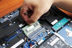 NIKOPOL, UKRAINE - JUNI 2018: Der Technikergriff der Schraubenzieher für die Reparatur des Computers, das Konzept von Computerhar stockfotografie