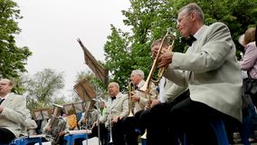 NIKOPOL, UKRAINE - MAI 2019: Das Orchester spielt Militärlieder für die älteren Personen auf der Straße 9. Mai Feiertag, der Tag  stock video