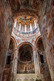 Nikortsminda, Geórgia - 28 de abril de 2017: Interior e fresco murais na catedral de Nikortsminda em Racha, Geórgia Fotografia de Stock Royalty Free