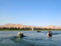 Nil-Fluss mit Booten in Ägypten lizenzfreie stockfotografie