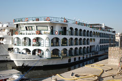 Nil-Reiseflugboot am Kai von Luxor - Ägypten Stockfotografie