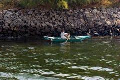 Nil rzeka blisko Aswan, Luty 16, 2017: rybak paddling w małej łódce w dio, ubierającym w typowym Egipskim bielu zdjęcie royalty free