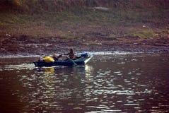 Nil rzeka blisko Aswnm, Egipt, Luty 21, 2017: Dwa Egipskiego rybaka wraca brzeg po ich połowu z jeden paddl Zdjęcie Royalty Free