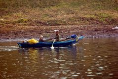 Nil rzeka blisko Aswnm, Egipt, Luty 21, 2017: Dwa Egipskiego rybaka wraca brzeg po ich połowu z jeden paddl Zdjęcia Royalty Free