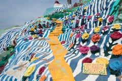 NILAND, CALIFÓRNIA - o fim acima de Leonard Knights pintou a montanha do salvação na parte externa de Beal Road de Niland, imagens de stock