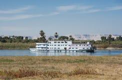 Nile flodfartyg som kryssar omkring till och med Luxor Royaltyfria Bilder