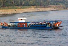 Nile River, dichtbij Aswnm, Egypte, 21 Februari, 2017: Veerboot die mensen vervoeren die Nile River en het hoogtepunt van Arabisc stock fotografie