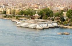 Nile River durch Assuan-Stadtskyline mit Booten Lizenzfreies Stockbild