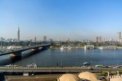 Nile River em sua maneira através da cidade do Cairo Egito com barcos amarrou na costa e na vista de construções modernas Foto de Stock Royalty Free