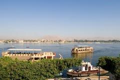 Nile River en boten in Luxor-stad (Egypte) royalty-vrije stock foto's