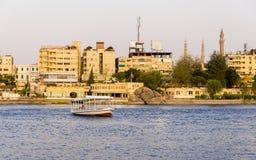 Nile River kommersiellt liv vid den Aswan staden med fartyg royaltyfria bilder