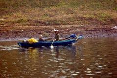 Nile River nära Aswnm, Egypten, Februari 21, 2017: Två egyptiska fiskare som går tillbaka till kusten efter deras fiske med en pa Royaltyfria Foton