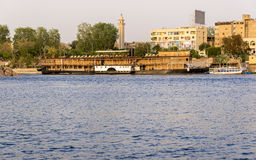 Nile River pela cidade de Aswan com barcos Imagens de Stock Royalty Free