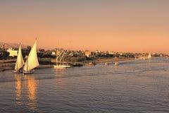 Nile River Traffic Going Home al tramonto Immagine Stock
