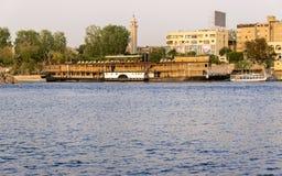 Nile River vid den Aswan staden med fartyg Royaltyfria Bilder