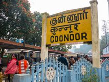 Nilgiri山铁路 蓝色培训 等待火车的人们 火车站  免版税库存照片