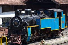 Nilgiri bergjärnväg blått drev UNESCOarv Smal-mått Ångalokomotiv i bussgarage Royaltyfri Fotografi