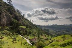 Nilgiri wzgórzy widok pod bezpłatnymi unosi się chmurami Zdjęcie Stock