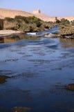 Nilo blu stupefacente con due piccole barche nel fuoco Immagini Stock Libere da Diritti