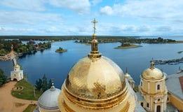 湖塞利格和圆顶Nilo-Stolobensky修道院看法  俄国 库存照片