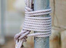 Nilon-Seil band oben den Pfosten Stockfotografie