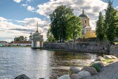Nilov-Kloster auf der Stolobny-Insel, Tver-Region Ansicht des Erzbischof ` s Kais von der künstlichen Verdammung Lizenzfreie Stockfotos