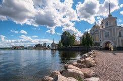 Nilov-Kloster auf der Stolobny-Insel, Tver-Region Vor dem Haupteingang durch den Svetlitskaya-Torturm Lizenzfreies Stockfoto