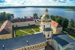 Nilov monaster Widok od dzwonkowy wierza w kierunku brama kościół St apostołowie Peter i Paul Tver region fotografia royalty free