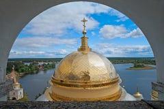修道院Nilov 大教堂和湖塞利格圆顶看法  russ 图库摄影