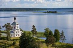Nilova Pustyn/Russia - 17 luglio 2012: Chiesa di pietra bianca nel deserto di zero nel lago Seliger immagine stock libera da diritti