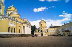 Nilus Stolobensky牧师突然显现大教堂和门教会的庭院的看法在Nilov修道院里 免版税库存照片
