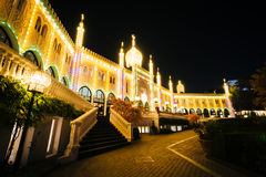 Nimb宫殿在晚上,在Tivoli庭院,在哥本哈根,丹麦 免版税库存图片