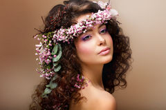 Nimf. De aanbiddelijke Sensuele Brunette met Slinger van Bloemen kijkt als Engel Royalty-vrije Stock Afbeelding
