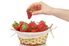 Nimmt eine Erdbeere lizenzfreies stockbild