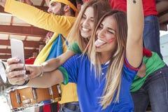 Nimmt glückliches schönes blondes Mädchen zwei ein selfie in den Ständen Lizenzfreie Stockbilder