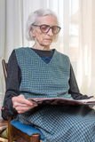 Ninety years old lady reading newspapers Royalty Free Stock Photography