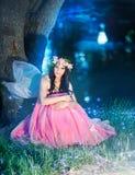 Ninfa encantadora en bosque Fotografía de archivo