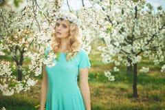 Ninfa loura que veste uma grinalda branca Imagem de Stock Royalty Free