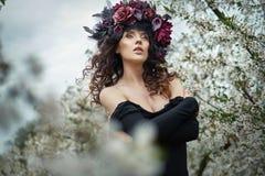 Ninfa sensual que anda entre árvores perfumadas Imagens de Stock