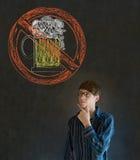 Ningún hombre del alcohol de la cerveza en fondo de la pizarra foto de archivo