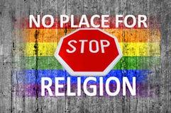 Ningún lugar para la muestra de la RELIGIÓN y de la PARADA y bandera de LGBT pintada en fondo del hormigón de la textura imagenes de archivo