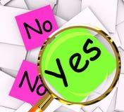 Ningún medio de los papeles del post-it contesta sí a respuesta afirmativa o a la negativa Imagen de archivo