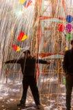 Ningún miedo como chispas del castillo ardiente está lloviendo abajo en el mA Fotos de archivo libres de regalías