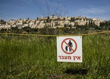 Ningún paso firma adentro hebreo imagen de archivo