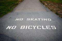 Ningún patinaje o bicicletas que anda en monopatín más allá de este punto Imagenes de archivo