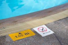 Ningún salto y profundidad firman la advertencia en el borde de la piscina Foto de archivo