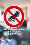 Ningún Skateboarding firma en alemán en ventana Imagenes de archivo