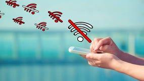Ningún tema de WiFi con la persona que sostiene un smartphone imagenes de archivo