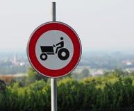 Ningún tractor permitido Señal de tráfico Paisaje borroso en fondo imagenes de archivo